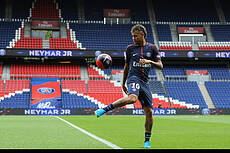 Soccer Star Neymar Signs Five Year Contract with PSG
